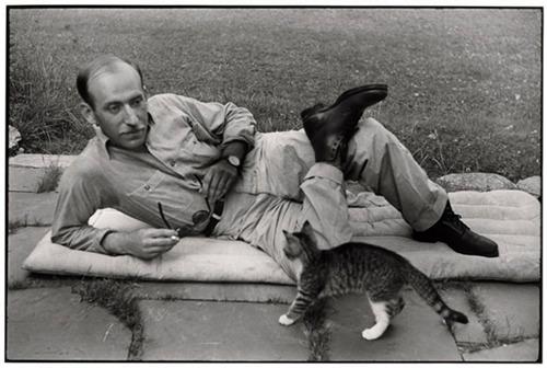 Saul Steinberg con il suo gatto