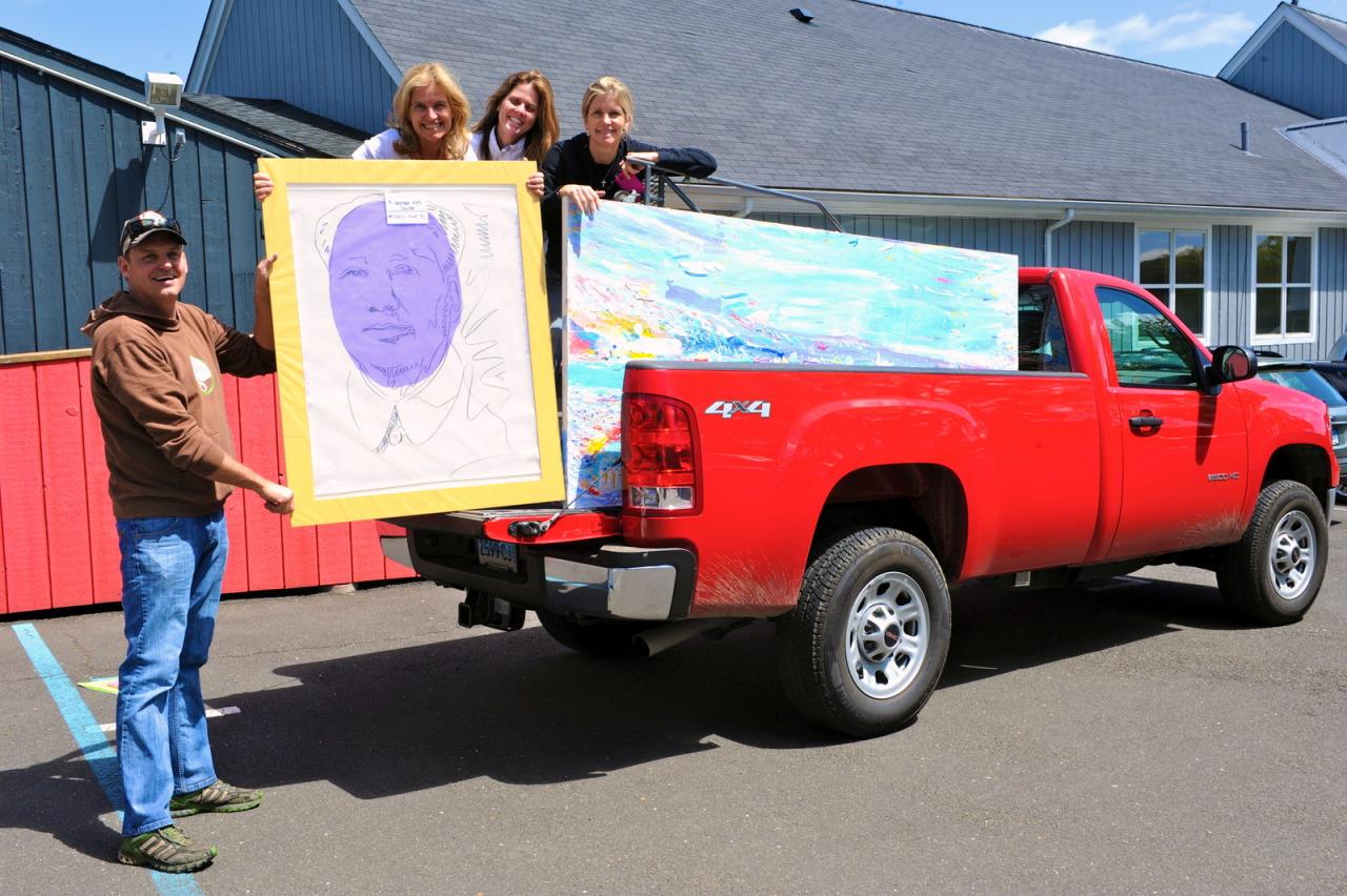 Un Mao di Andy Warhol si imbarca assieme a un'opera di Brendan Cass (Westport Arts Center)