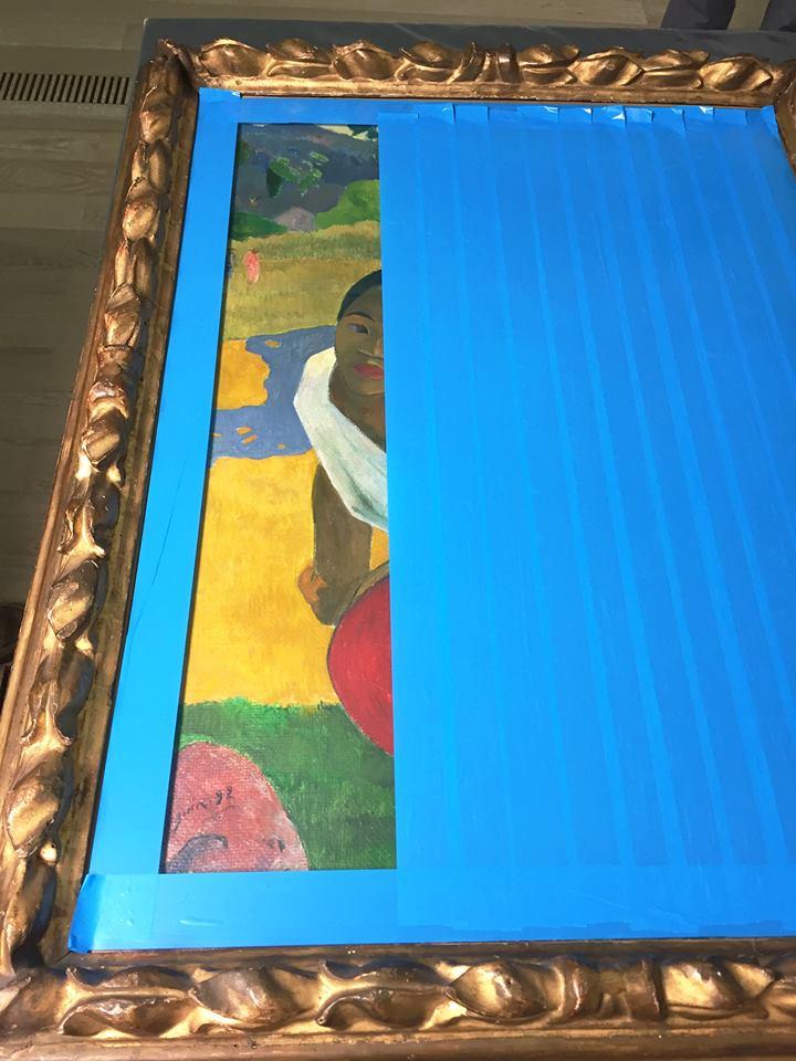 Gauguin è pronto a partire — il nastro adesivo serve a proteggere la tela dall'eventuale rottura del vetro (Fondation Beyeler)
