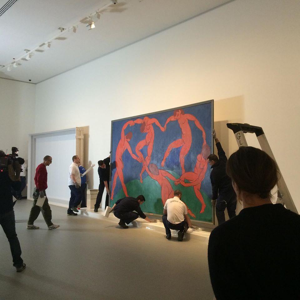 Si allestisce la Danza di Matisse al Temple Museum di San Pietroburgo.