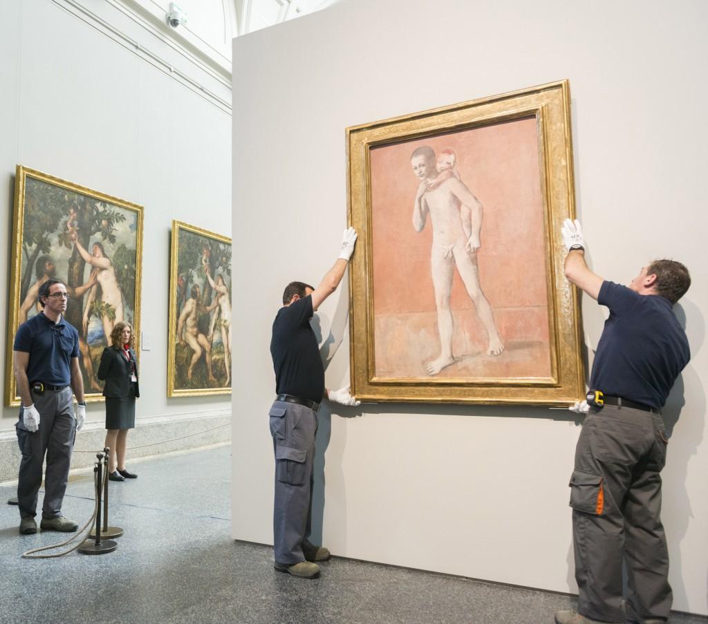 """Installatori al lavoro sui """"Due fratelli"""" di Picasso al Prado"""