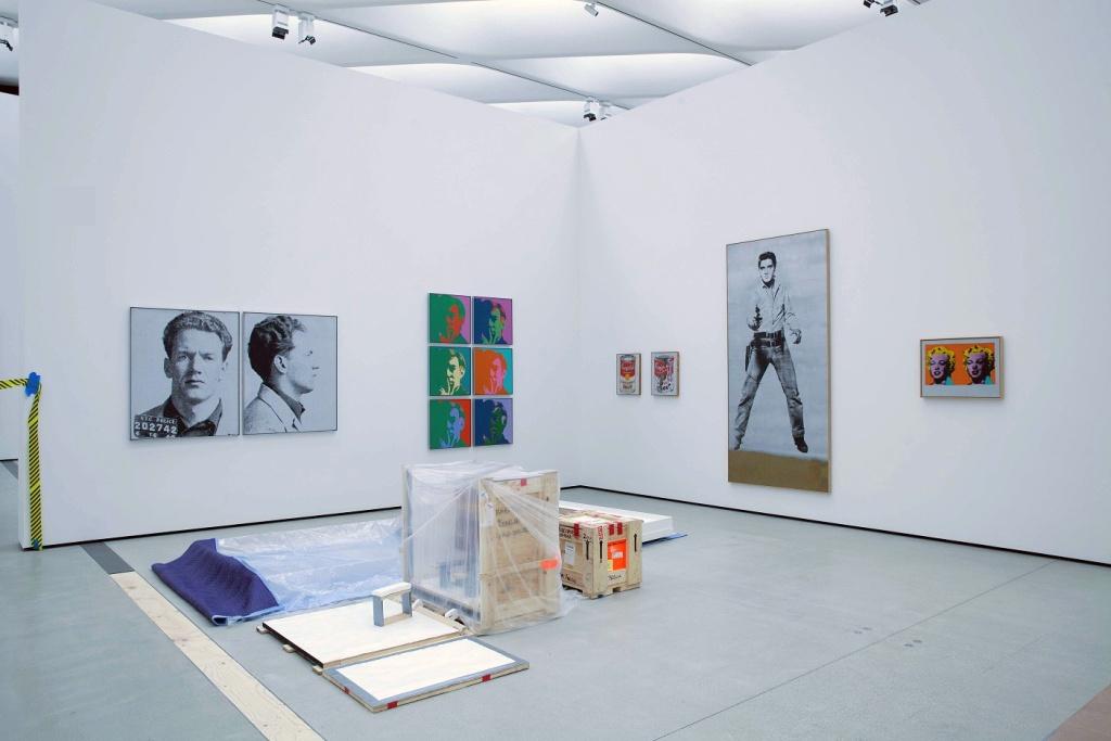 Lavori in corso per allestire una sala dedicata a Andy Warhol alla galleria The Broad