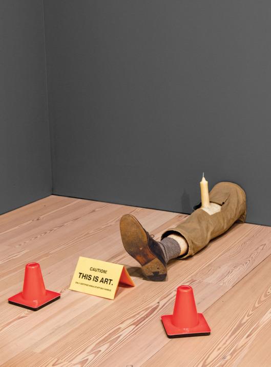 L'opera di Robert Gober, Untitled, viene installata al Whitney Museum (1991). Il cartello e i coni NON fanno parte dell'opera.