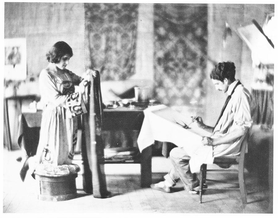 Tina Modotti e il marito Robo intenti a realizzare batik nella loro casa di Hollywood. La foto fu utilizzata a corredo di un articolo di Prentice Duell uscito sulla testata «California Southland».