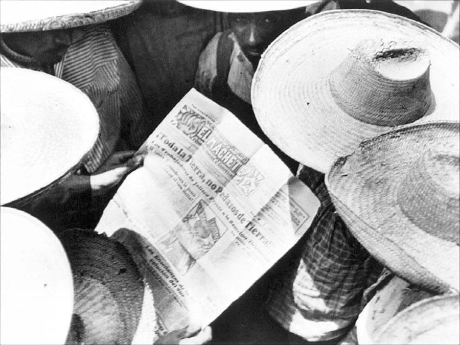 "Tina Modotti, ""Campesinos che leggono «El Machete»"", 1928."