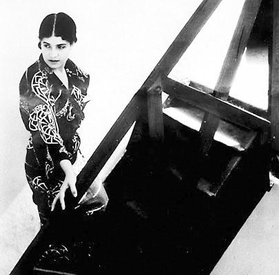 Tina Modotti fotografata nella sua casa di Città del Messico.