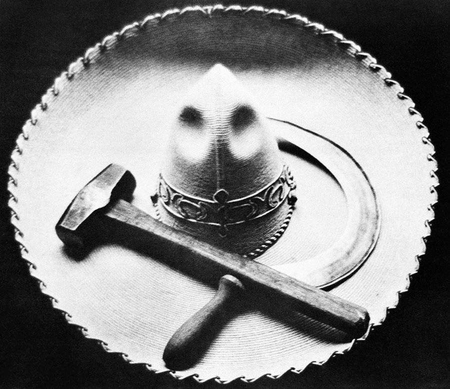 Tina Modotti, Falce, martello e sombrero, Messico, 1927 ca.